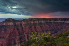 Заход солнца над гранд-каньоном, северная оправа Стоковое Изображение RF