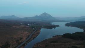 Заход солнца над держателем errigal и залив Nacung понижают, графство Donegal - Ирландия сток-видео
