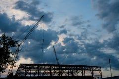 Заход солнца над индустриальным строительством стоковые изображения
