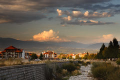 Заход солнца над маленьким городом стоковое фото rf