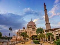 Заход солнца над мечетью Putra в Путраджайя, Малайзии стоковые фото