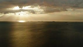 Заход солнца над морем в заливе Манилы