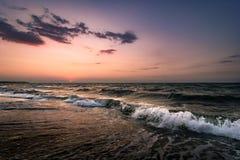 Заход солнца над морем и волнами стоковые изображения rf
