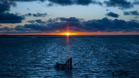 Заход солнца над морем на полной воде около Le Mont Святого Мишель стоковое фото rf