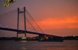 Заход солнца над мостом setu Vidyasagar стоковое изображение