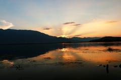 Заход солнца над озером lugu, Dali, Юньнань, Китаем стоковые изображения rf