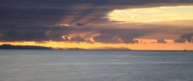 Заход солнца над островом Каталины от кристаллического пляжа парка штата бухты Стоковые Изображения