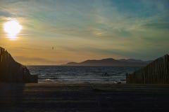 Заход солнца над песчаным пляжем, полуостров Giens, Провансаль, Франция стоковое фото rf