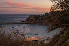 Заход солнца над Порту de Abrigo de Albufeira, заливом Albufeira в Albufeira, Португалии стоковое фото rf