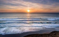 Заход солнца над прибоем, северным побережьем Корнуолла стоковые фото