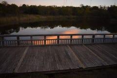Заход солнца над прудом на парке штата холма кедра в Техасе стоковая фотография