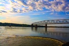 Заход солнца над рекой Миссиссипи стоковые фото