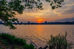 Заход солнца над Рекой Charles с горизонтом Кембриджа, в Бостон, стоковое изображение