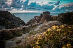 Заход солнца над скалами Корнуолла стоковые изображения rf