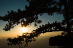 Заход солнца над скалами стоковые фотографии rf