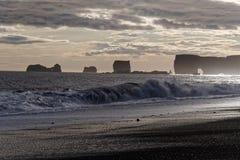 Заход солнца над скалами Dyrholaey в Исландии Стоковые Изображения RF