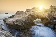 Заход солнца над скалистым побережьем в Калабрии стоковые фотографии rf