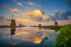 Заход солнца над старыми голландскими ветрянками в Kinderdijk, Нидерландах Стоковая Фотография RF