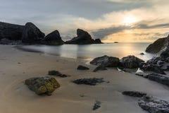 Заход солнца над утесами, пляж Porthcothan, Корнуолл стоковые изображения