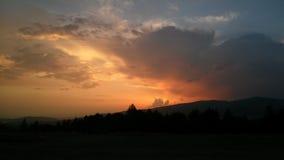 Заход солнца над холмами и лесом стоковое изображение rf