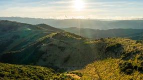 Заход солнца над холмами Karori Веллингтона Новой Зеландии стоковая фотография rf