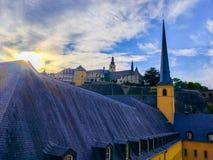 Заход солнца над церковью церков St. John St. John или St Джин du Grund в районе Grund, в старом городке Люксембурга, Европа стоковые фотографии rf
