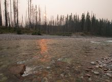 Заход солнца над южной вилкой Flathead реки на ущелье в комплексе глуши Bob Marshall - Монтане США заводи луга стоковые изображения