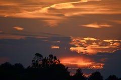Заход солнца над Groton, Массачусетсом, Middlesex, графством Яркие красные неб стоковые фотографии rf