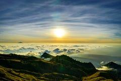 Заход солнца над vulcano Rinjani Lombok Индонезией верхней части горы облаков Стоковое фото RF
