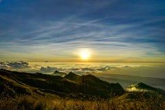Заход солнца над vulcano Rinjani Lombok Индонезией верхней части горы облаков Стоковые Фотографии RF