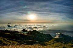 Заход солнца над vulcano Rinjani Lombok Индонезией верхней части горы облаков Стоковые Изображения RF