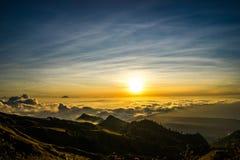 Заход солнца над vulcano Rinjani Lombok Индонезией верхней части горы облаков Стоковое Изображение