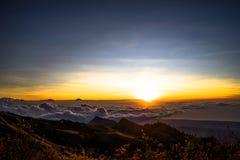 Заход солнца над vulcano Rinjani Lombok Индонезией верхней части горы облаков Стоковая Фотография