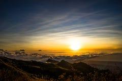 Заход солнца над vulcano Rinjani Lombok Индонезией верхней части горы облаков Стоковая Фотография RF
