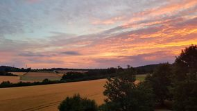 Заход солнца на горе с сериями цвета в небе стоковое фото