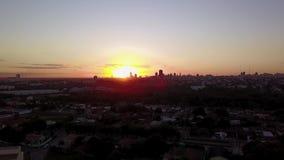 Заход солнца на городе Cuiaba, Mato Grosso Бразилия акции видеоматериалы