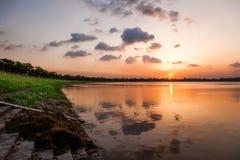 Заход солнца на дистантном крае озера Стоковое Изображение