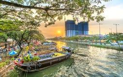Заход солнца на доке шлюпки на рынке цветка вдоль причала канала Стоковые Фото