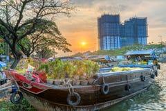 Заход солнца на доке шлюпки на рынке цветка вдоль причала канала Стоковое Фото