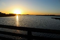 Заход солнца на заболоченных местах chica bolsa через деревянный мост Стоковое Изображение RF