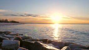 Заход солнца на заливе Балтийского моря, Риги, Латвии акции видеоматериалы