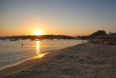 Заход солнца на заливе Aliki и пляже - острове Кикладов - Paros - Греция стоковые изображения