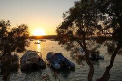 Заход солнца на заливе Aliki и пляже - острове Кикладов - Paros - Греция стоковое фото