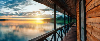 Заход солнца на мирном озере стоковое фото