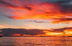Заход солнца на море, золотой час на море Заход солнца сумерек стоковая фотография rf