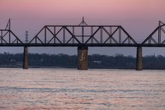 Заход солнца на мосте железной дороги стержня Кентукки & Индианы - Реке Огайо, Луисвилле, Кентукки & Jeffersonville, Индиане Стоковые Изображения RF