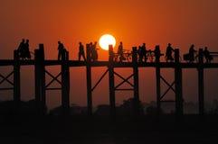 Заход солнца на мосте Mandalay стоковые изображения
