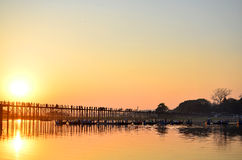 ЗАХОД СОЛНЦА на мосте U-Bein Стоковое Изображение