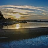 Заход солнца на набережной порта монахов острова вспомогательных, в Бретань, Морбиан стоковое фото