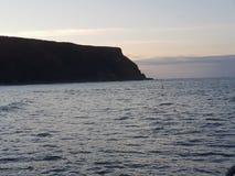 Заход солнца на небе скалы голубом стоковые изображения rf